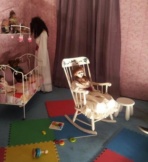 Photo prise lors de l'avant-première en présence de la vraie poupée Annabelle qui a servi pendant le tournage